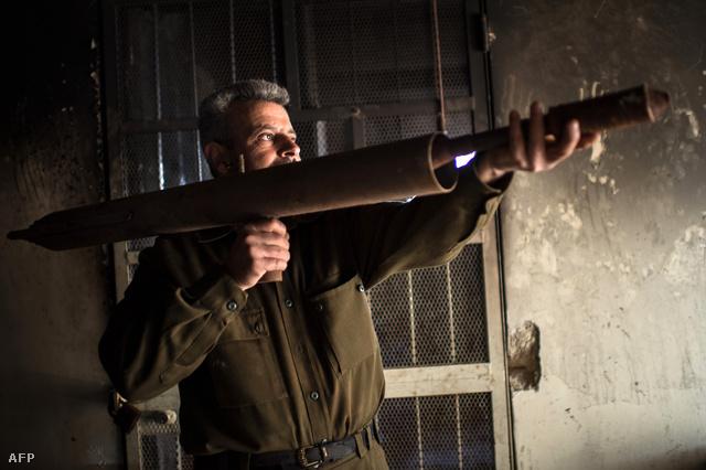 Házilag barkácsolt rakéta egy szíriai felkelő kezében