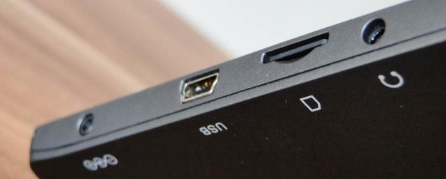 MicroSD-vel bővíthető a 8 gigás belső tárhely. Van külön tápcsatlakozó, de USB-ről is töltődik. Csak lassabban