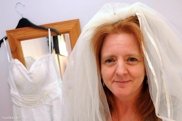 Sam Young mutatja, milyen lesz a menyasszonyi ruhában