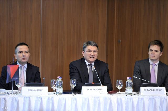 Molnár József vezérigazgató (k)Simola József pénzügyi vezérigazgató-helyettes (b) és Szollár Domokos kommunikációs igazgató (j) a Mol Nyrt. 2012-es eredményeit összegző sajtótájékoztatón