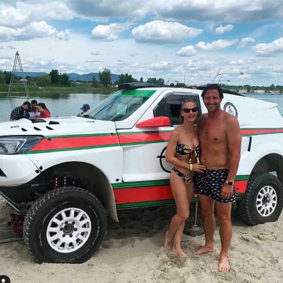 A Lupa Beach homokos partján állva készült ez a közös fotó róluk 2020 júliusában. Bernadette tökéletes alakján remekül állt ez a virágmintás bikini.