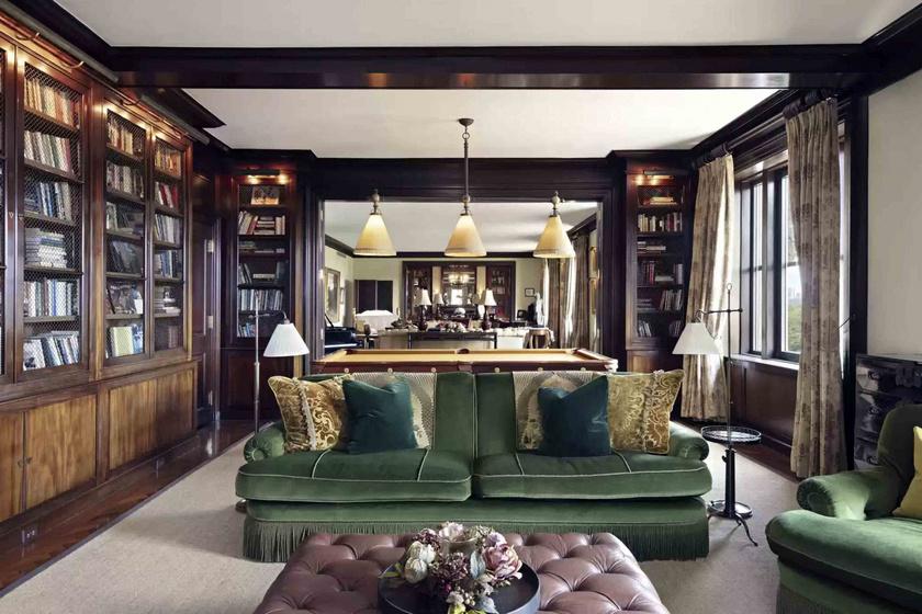 Akik nem a modern dizájn hívei, nekik biztosan tetszene ez a lakásbelső, ez itt a könyvtárrész, mögötte a nappali található.