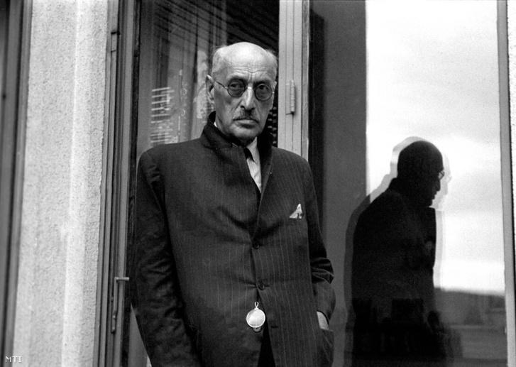 Az emigrációból hazatért gróf Károlyi Mihály (1919. január 11. és 1919. március 21. között ideiglenes köztársasági elnök) 1947-ben rózsadombi új otthonának erkélyén
