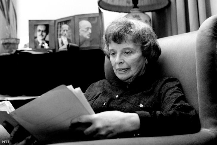 Károlyi Mihályné, Andrássy Katinka emlékiratait olvasgatja a Károlyi Palota egyik szárnyában berendezett otthonában 1965. január 18-án