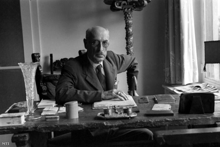 Gróf Károlyi Mihály politikus, Magyarország egykori miniszterelnöke, majd köztársasági elnöke budapesti otthona íróasztalánál 1947. július 6-án