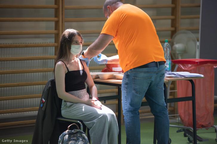Egy iskolás fiatalt oltanak be a koronavírus ellen Lengyelországban 2021. június 7-én