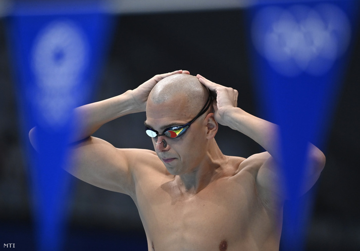 Cseh László a férfi 200 m vegyesúszás előfutama előtt a világméretű koronavírus-járvány miatt 2021-re halasztott 2020-as tokiói nyári olimpián a Tokiói Vizes Központban 2021. július 28-án