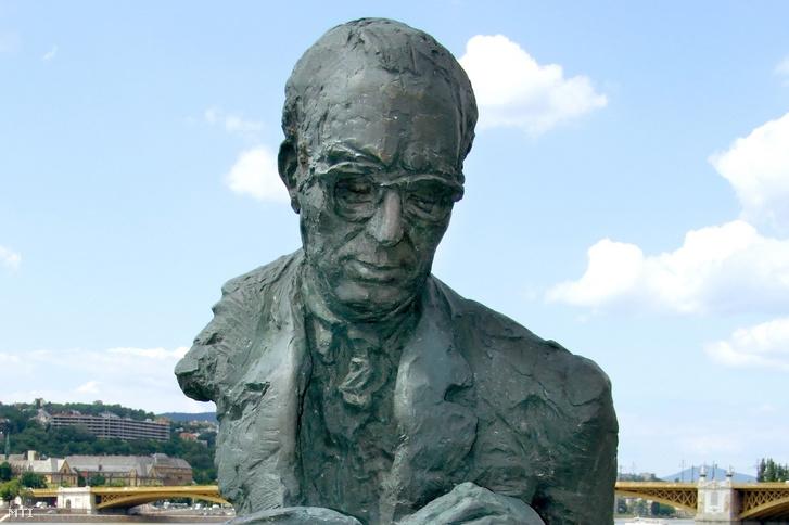 Bibó István (1911-1979) jogász, történész, politikai gondolkodó mellszobra, Varga Géza szobrászművész alkotása (2005), a Széchenyi rakparton a Parlament közelében 2012. június 26-án