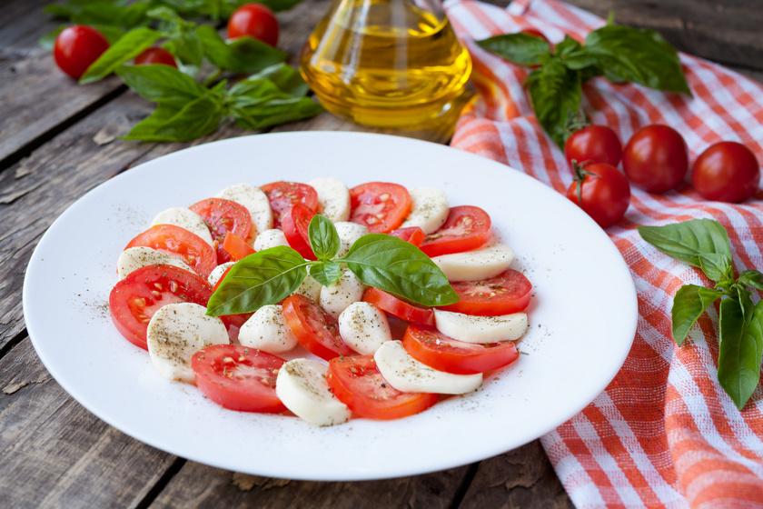Mozzarellás, paradicsomos saláta behűtve: az olasz caprese bevált receptje