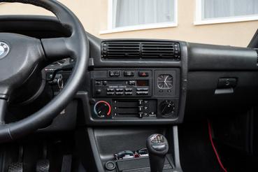 Szép részlet a rádió, a mutatós időóra helyén digitális óra vagy fedélzeti komputer is lakhatna