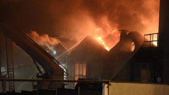 Hatalmas lángokkal ég egy raktárépület Budapesten a Kerepesi úton