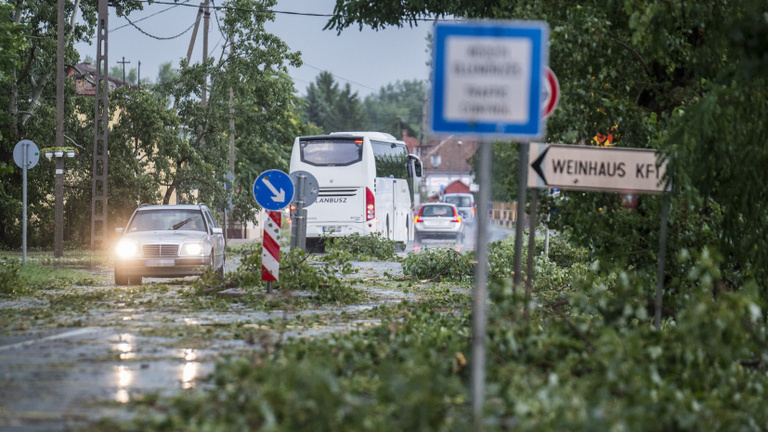 Extrém hőség, pusztító viharok – rég nem volt ilyen nyaruk a mentőknek és a tűzoltóknak