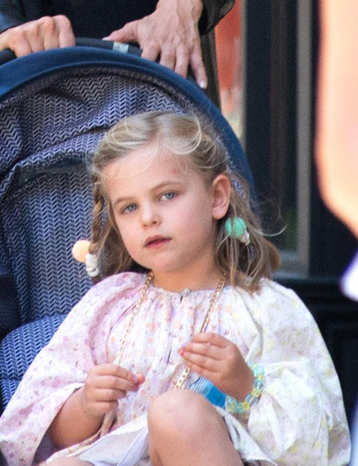 A kis Leának olyan gyönyörű, kék szemei vannak, mint a szüleinek.