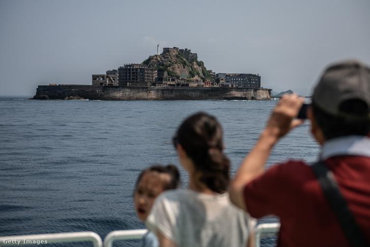 A távolban Hashima sziget, Japánban 2019. június 5-én