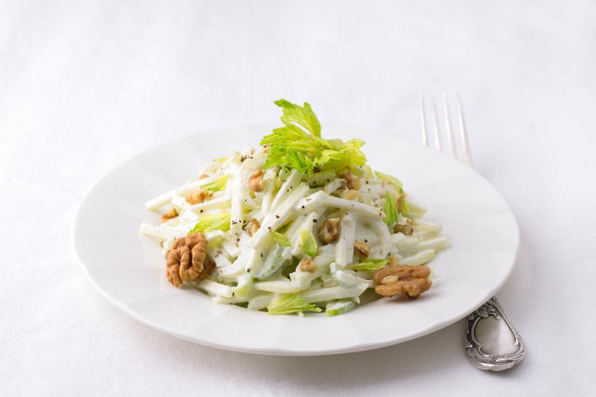 A zeller nem véletlenül a diétázók egyik legjobb barátja: 95%-ban vízből áll, és 100 grammban csak 16 kalória van. Aki magában nem igazán szereti az ízét, annak érdemes salátában elkészítenie, egy könnyű almás zellersaláta például remek ebéd vagy vacsora lehet.