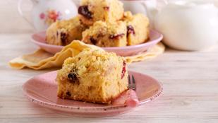 Nyári édesség Angliából: szilvás-almás kevert süti rumos karamellszósszal