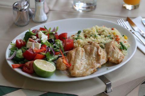 Omlós fokhagymás csirkemell görög salátával: laktató, mégis könnyű nyári ebéd