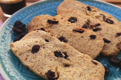 Rostdús keksz zabpehellyel és aszalt gyümölcsökkel - Reggelire tökéletes választás