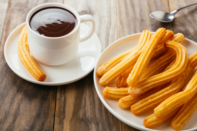 Dagasztás és kelesztés nélkül készül a spanyol fánk, a churros: sűrű csokiszósszal kínáld