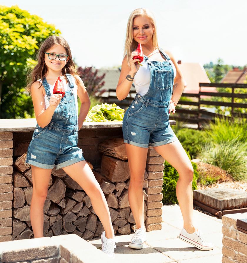 Judy nagyon szeret összeöltözni a lányával: ezúttal kantáros, farmer rövidnadrágba, fehér topba és tornacipőbe bújtak.