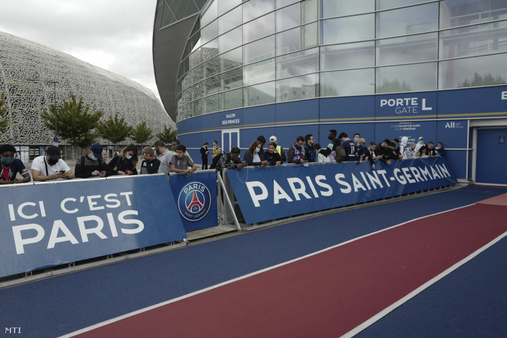 A Paris Saint Germain francia labdarúgóklub szurkolói a párizsi Parc des Princes stadion előtt várakoznak 2021. augusztus 9-én