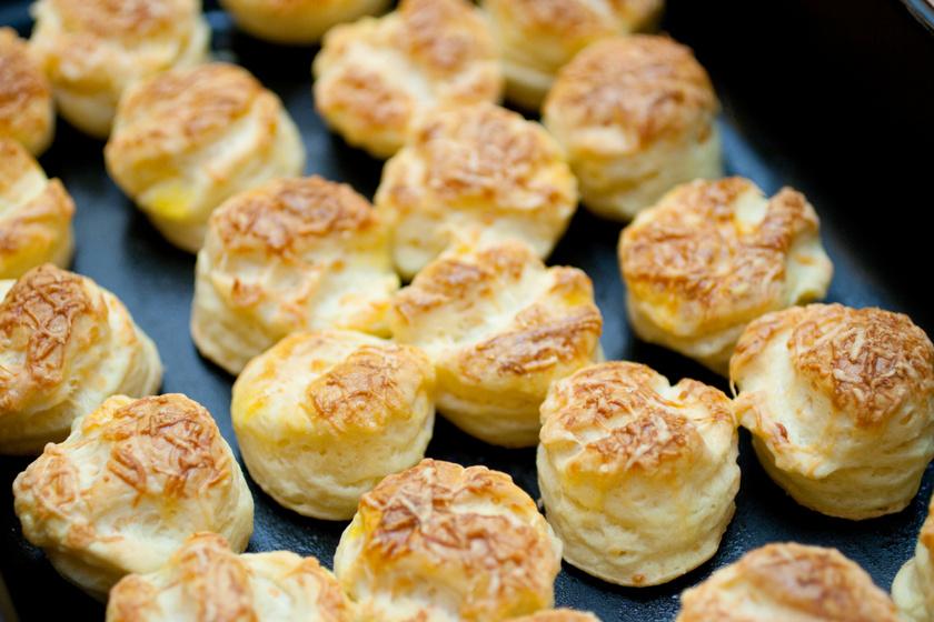 Réteges sajtos, tejfölös pogácsa: fantasztikusan puha a tésztája