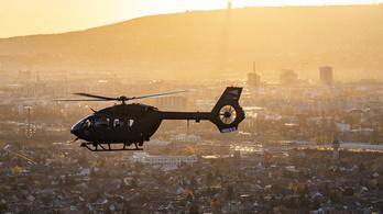 Helikopterek szállják meg a Dunát a Margit híd és a Lánchíd között