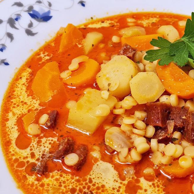 Sűrű tarhonyaleves a nagyi receptje alapján: kolbásszal dúsítva a legfinomabb