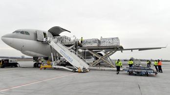 Három repülőgépen vitt harminchárom lélegeztetőgépet Szijjártó Péter Mongóliába