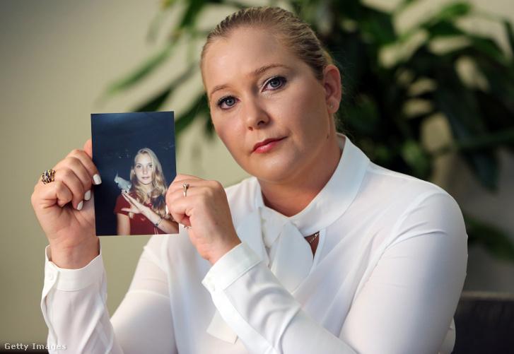 Virginia Roberts egy fiatalkori fényképet tart magáról