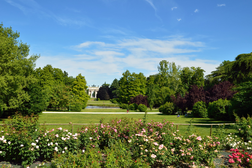 Bár Milánó egy nyüzsgő nagyváros, zöldterületeknek sincs híján. A parkok gondozására láthatóan különös hangsúlyt fektetnek. Az egyik legnagyobb zöldövezet a Parco Sempione, ami a híres vár, a Castello Sforzesco mögött terül el. A másik oldalon található a diadalív, az Arco della Pace. A park tele van csodás látnivalókkal, gyönyörű növényzettel, árnyékot adó fákkal. Még panorámatorony is található benne.