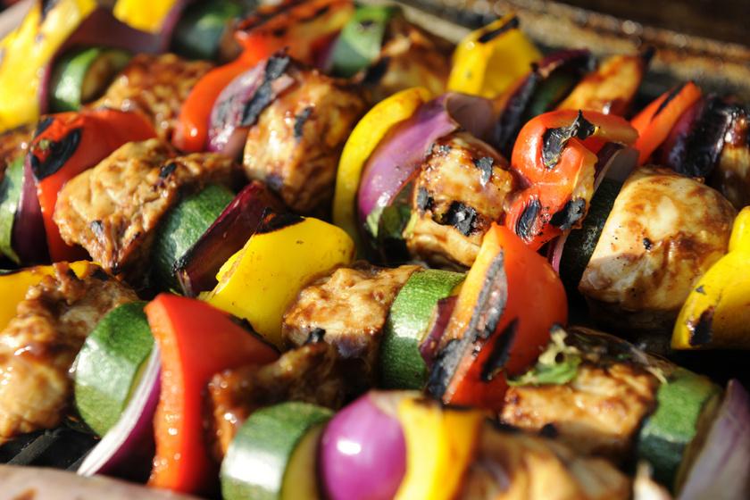 Cukkinivel sült, fűszeres csirkenyárs: a hús omlós, és a cukkini krémes lesz