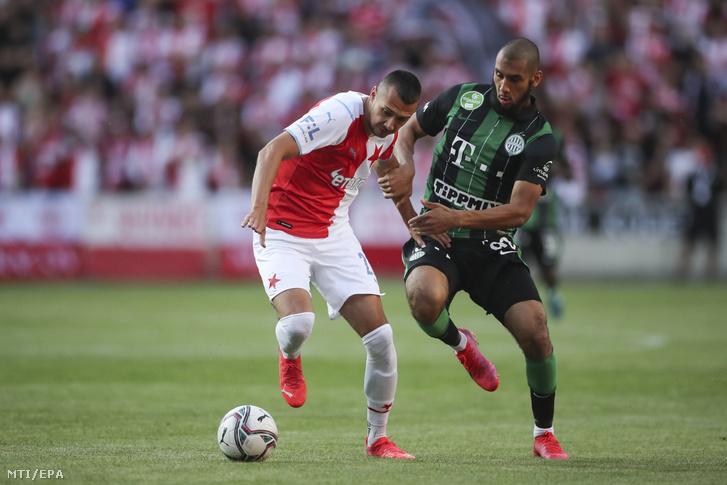 Aissa Laidouni a Ferencváros (j) és Ivan Schranz a Slavia Praha játékosa a Bajnokok Ligája-selejtezőjének harmadik fordulójában játszott Slavia Praha - Ferencváros visszavágó mérkőzésen Prágában 2021. augusztus 10-én.