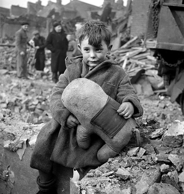 Toni Frissell 1945-ben, Londonban készített fotót egy elárvult kisfiúról és annak macijáról, aki a második világháború alatti náci bombatámadás következtében veszítette el otthonát, szüleit és testvéreit. A kisfiú épp barátaival játszott, nem tartózkodott otthon. A fiú végül túlélte a háborút, és teherautó-sofőr lett.