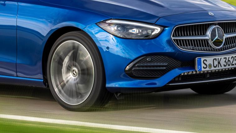 Kátyúra figyelmeztető rendszert ígér a Mercedes
