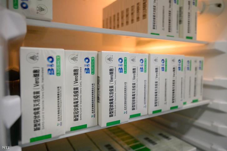 A kínai Sinopharm koronavírus elleni vakcinái a hűtőszekrényben a Fejér Megyei Szent György Egyetemi Oktató Kórház oltópontján Székesfehérváron 2021. június 2-án