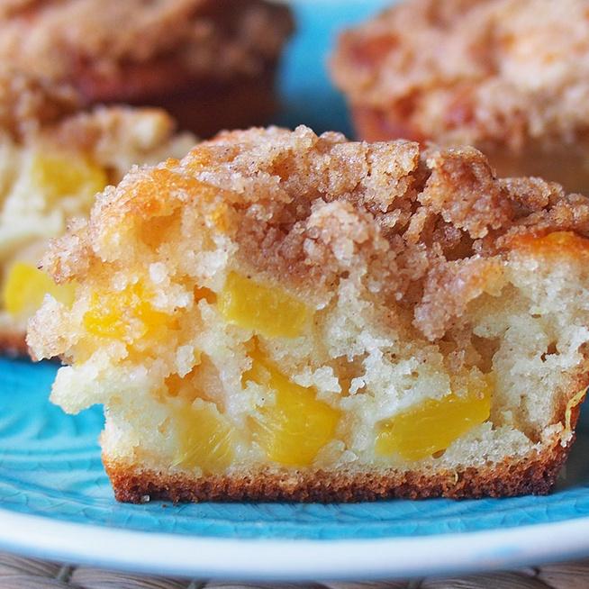 Pihe-puha barackos muffin fahéjas morzsával a tetején: egyszerű, gyors recept
