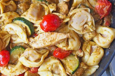 Tortellini nyári kiadásban: friss zöldségekkel, vajpuha csirkemellel keverve