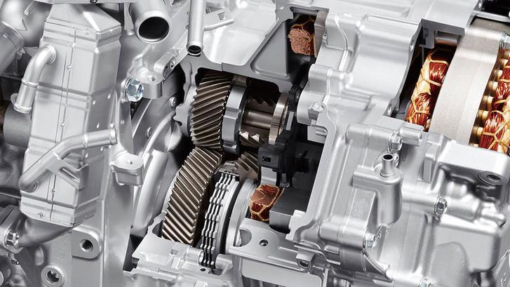 A fogaskerék áttétel mellett a kuplung, ami nagy sebességnél beiktatja a hajtásba a benzinmotort
