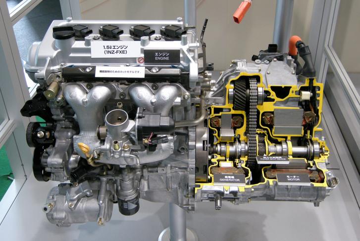 A korábbi (még láncos) Prius hajtása, de az elv ugyanaz. A benzinmotorhoz közelebb a generátor (MG1), a lánc mellett a bolygómű, és jobbra a hajtó elektromotor (MG2)