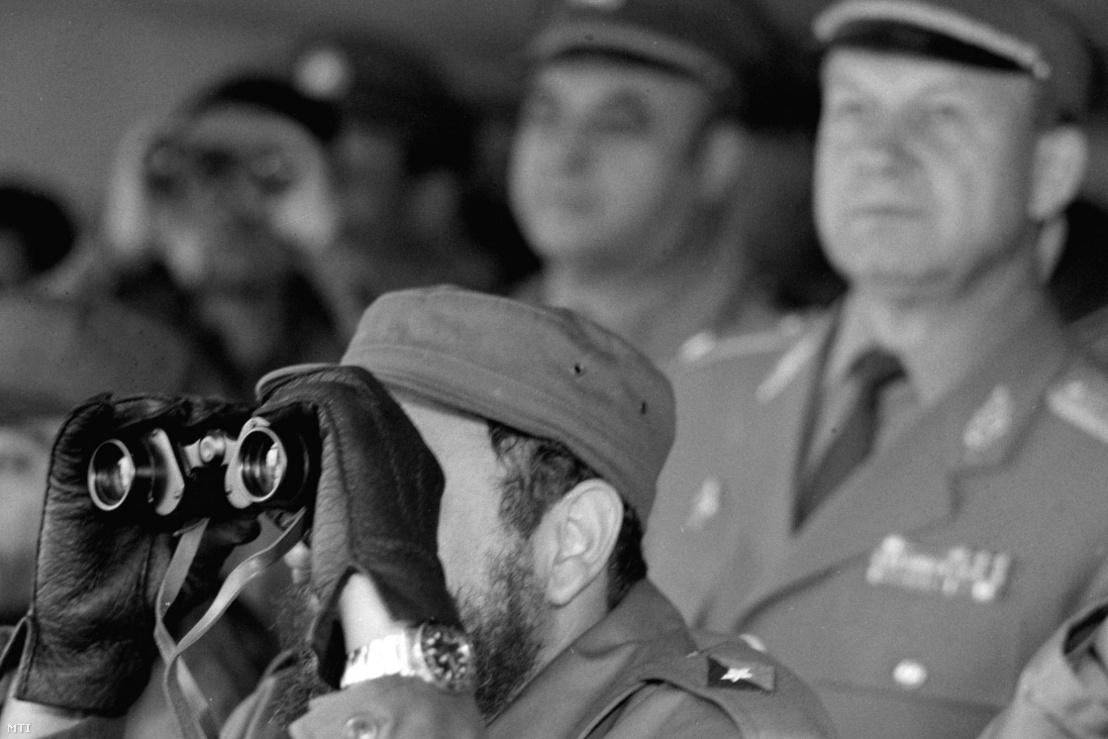 Fidel Castro, a Kubai Kommunista Párt Központi Bizottságának első titkára megtekinti a Magyar Néphadsereg csapatainak gyakorlatát 1972. június 1-jén