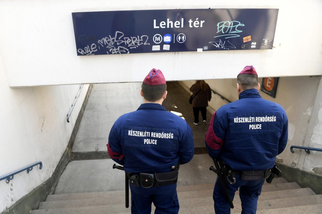 Készenléti rendőrök a Lehel térnél