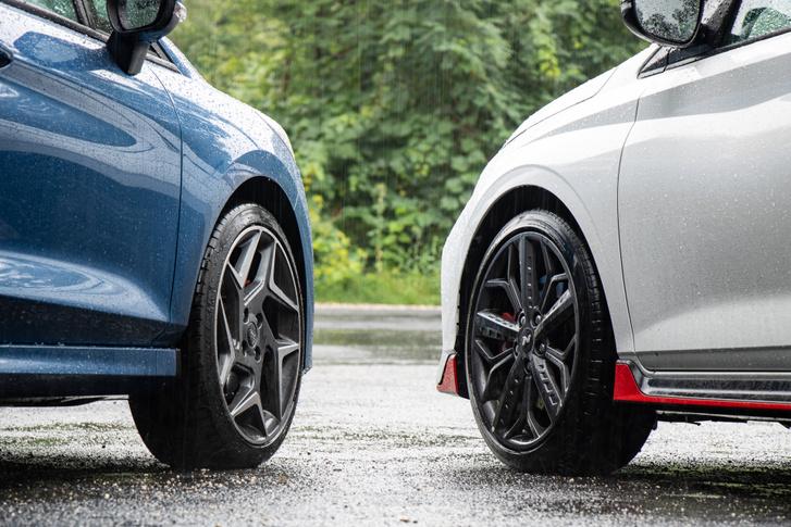A Hyundai gumijai szélesebbek, ez száraz aszfalton érezhető előny