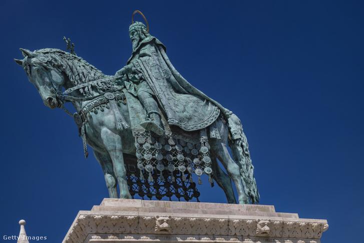 István király lovas szobra a budai Vár Szentháromság terén