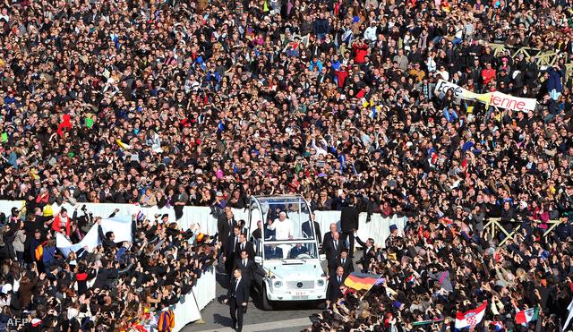 XVI. Benedek pápa érkezik a térre