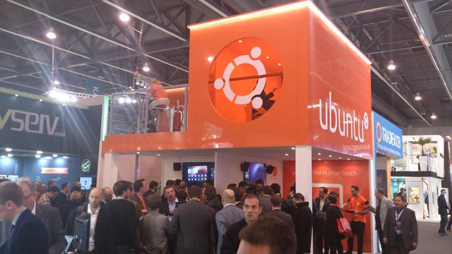 Hatalmas érdeklődés az Ubuntunál, szervezett csoportokban érkeztek az öltönyösök. És persze a telefonjaikat feláldozni hajlandó geekek