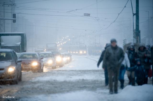 Hatalmas havazással indult a hét, Budapest közlekedése szinte megbénult a hétfő reggelre leesett 15-20 centis hó miatt, a havazás a Dunántúlon is komoly gondokat okozott az utakon.
