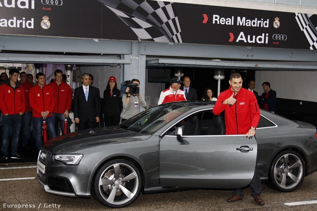Karim Benzema a klub egyik szponzori autójával