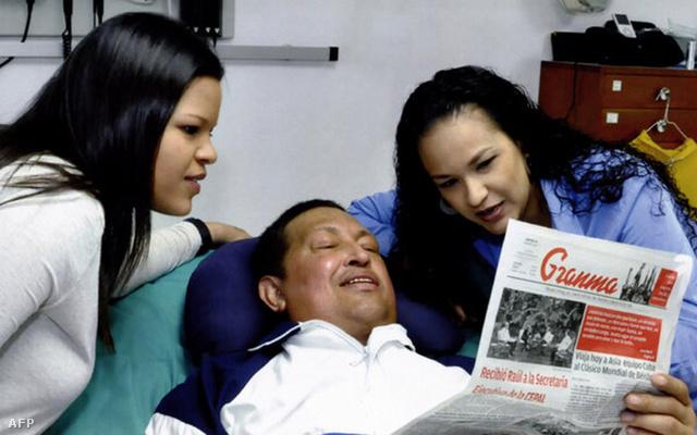 A Miraflores Elnöki Sajtóiroda által 2013. ferbuár 15-én közreadott képen Hugo Chávez venezuelai elnök a Granma című kubai lapot olvassa lányai, Maria Gabriela (b) és Rosa Virginia társaságában Havannában, fenruár 14-én