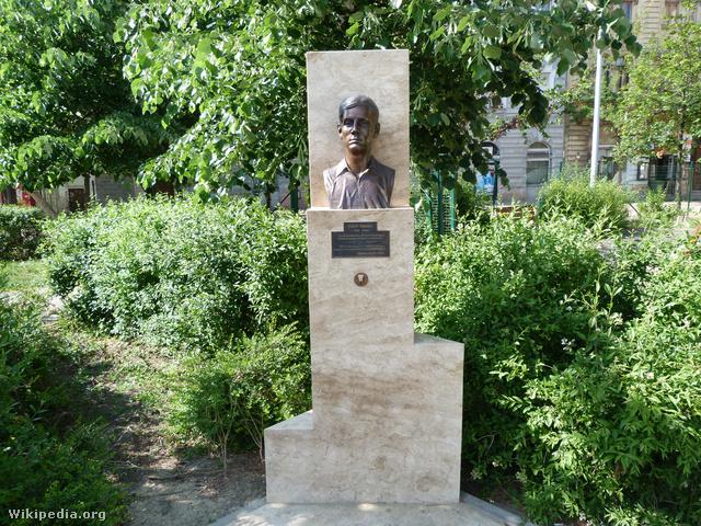 Bauer Sándor szobra a Mátyás téren